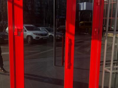 Алюминиевые и маятниковые двери